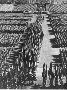Massenmobilisierung: Die Hitler-Jugend mit ihren Fahnen auf dem Reichsparteitag der NSDAP 1936 in Nürnberg.